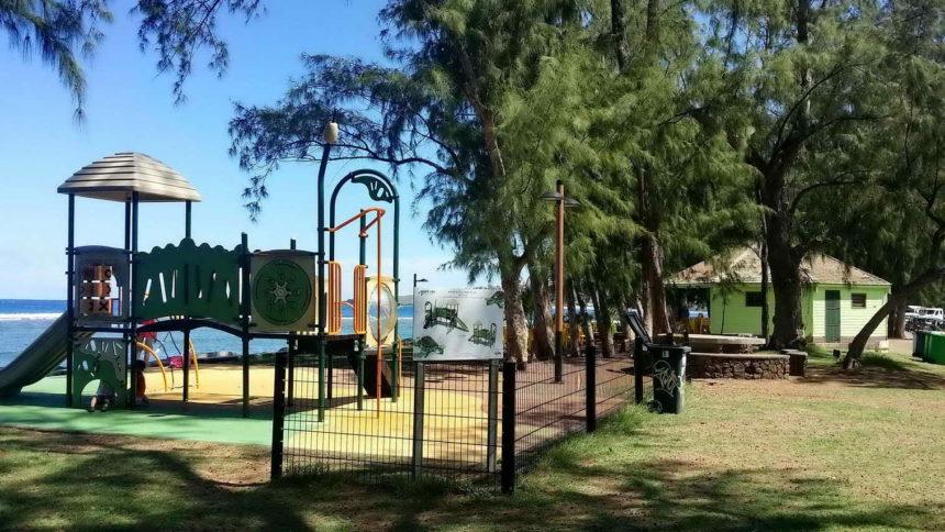 Jardin d'enfant en bord de mer